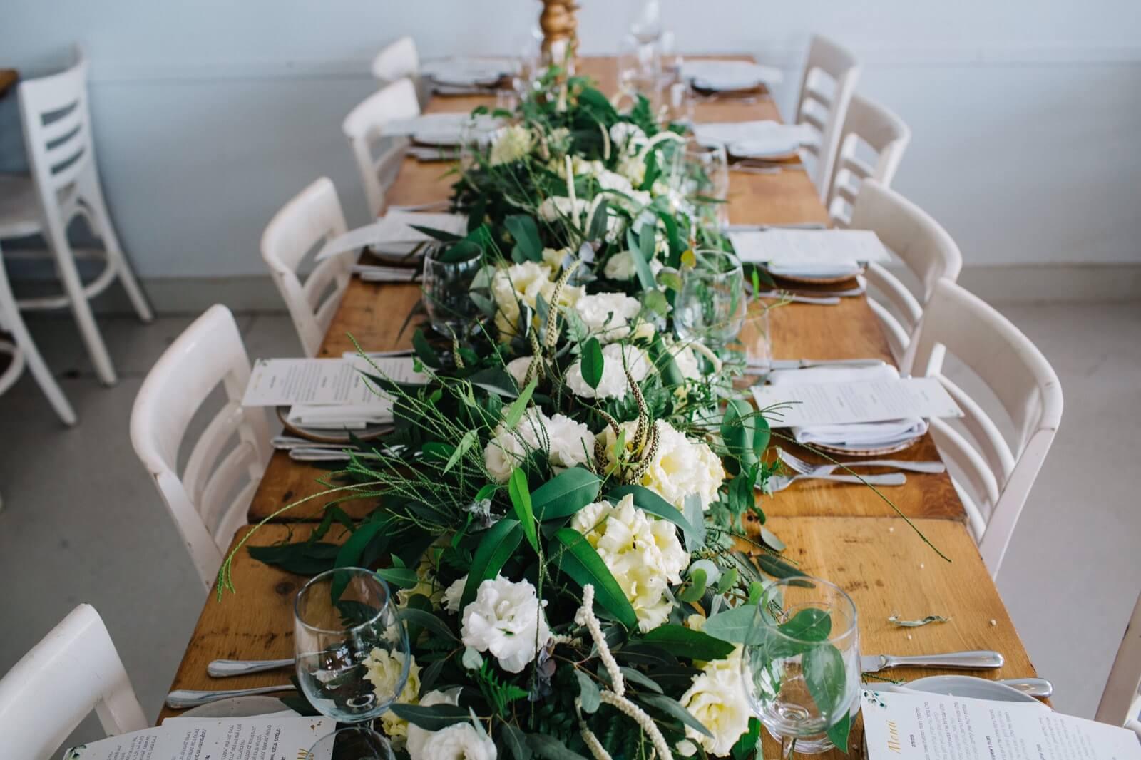 פרחים על שולחן עץ